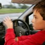 """Minor la volan – a """"dat o tură"""" cu mașina familiei dar a fost prins de polițiști"""