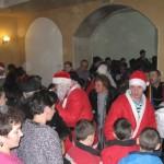 Moș Crăciun a sosit din nou astăzi pentru copii cuminți din orașul Câmpeni