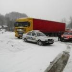 Doi stâlpi de curent s-au prăbușit lângă drum în zona Vârtop (Arieșeni)