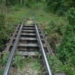 """""""Căutătorii de fier vechi"""" vând pe bucăți calea ferată dezefactată din Baia de Arieș"""