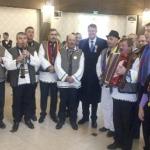 De 1 Decembrie, la Alba Iulia Preşedintele ales, Klaus Iohannis, colindat de un grup de moţi din Apuseni