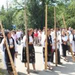 Parada portului popular acompaniată de sunetul tulnicelor a deschis oficial Târgul de Fete de pe Muntele Găina