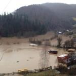 Un camion a fost surprins de ape la barajul de la Mihoiești, după ce Râul Arieș a depășit cota de atenție pentru inundație