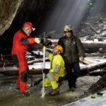 """Probe de gheață prelevate de cercetatori din Ghețarul """"Focul Viu"""" cu scopul identificării schimbărilor climatice din ultimii 2000 de ani"""