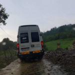 Aluviunile ajunse pe carosabil în urma ploii torențiale de astăzi au blocat circulația pe DN 75, la Sălciua