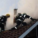 Intervenție a pompierilor pentru stingerea unui incendiu izbucnit la coșul de fum al unui apartament din Câmpeni