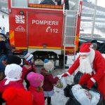 Moș Crăciun a venit la Vidra cu mașina de pompieri plină cu dulciuri pentru copiii cuminți și sârguincioși