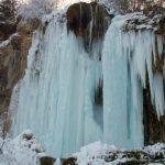 """Cascada Pișoaia din Vidra și-a coborât """"cortina de gheață"""" pentru a-și ascunde apa de cristal de ochii curioșilor"""