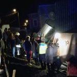 Doi tineri răniți ușor după ce s-au răsturnat cu mașina peste o casă din Lupșa