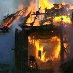 Pagube de 90.000 de lei după ce un bărbat cu probleme psihice din Mogoș și-a incendiat locuința