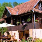 Hostel amenajat într-un fost grajd de oi, de către doi tineri olandezi care s-au stabilit la Runc, în Munții Apuseni